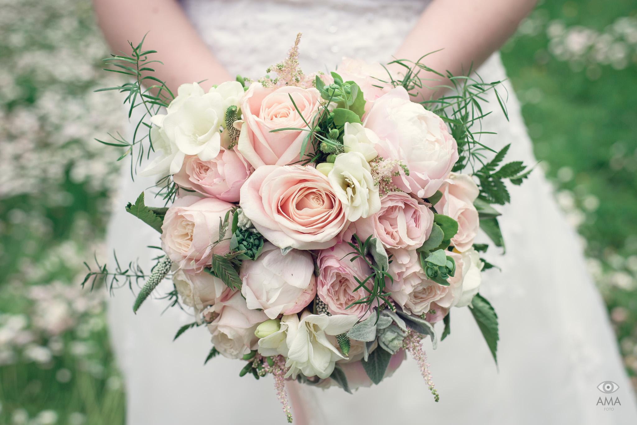 Rosa bröllopsbukett | bröllopsfotograf Uppsala